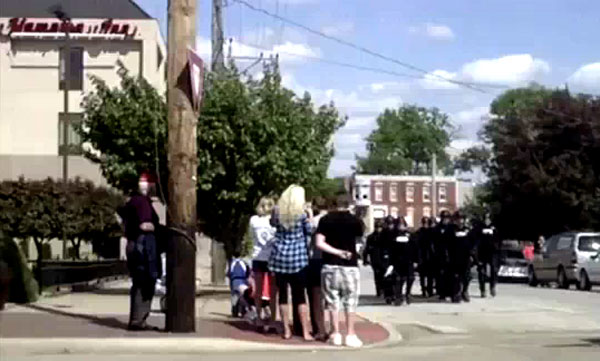 Obama sends in riot police to shut up Tea Party in Quincy , Ill.